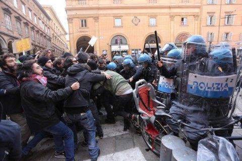 В Італії на антифашистському мітингу поліція застосувала водомети і сльозогінний газ