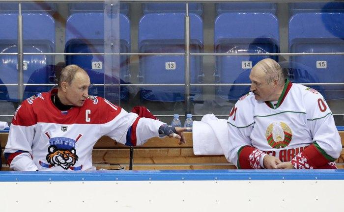 Владимир Путин и Александр Лукашенко во время игры в хоккей на арене Шайба, Сочи, 15 февраля 2019.
