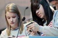 Во Франции запрещают мобилки в школах