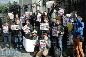 Российский суд отпустил под залог задержанного на судне Гринпис фотографа