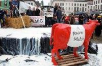 У здания Европарламента вылили реки молока