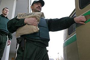 НБУ приказал банкам пересадить инкассаторов на броневики
