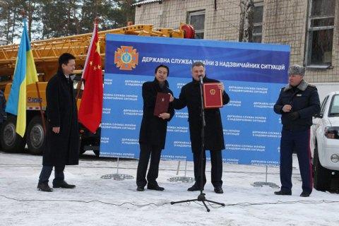 Китай передав українським рятувальникам сім автокранів і чотири бульдозери