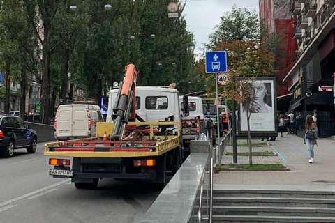 В Киеве начали эвакуировать автомобили с полос общественного транспорта
