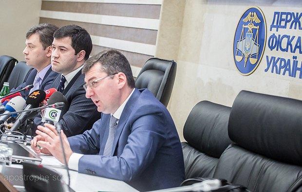 На фото слева направо: замглавы ГФС Сергей Белан, глава ведомства Роман Насиров, замглавы Константин Ликарчук