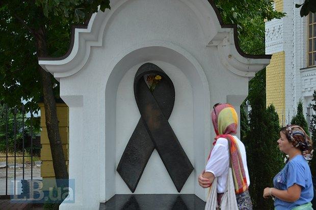 Мемориал <<Красная лента>>, посвященный людям с ВИЧ/СПИД, расположен недалеко от бывшей клиники инфекционных болезней на территории Лавры