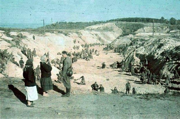 Фото немецкого военного фотографа Иоганнеса Гьоле, сделанное в Бабьем Яру в начале октября 1941 г.