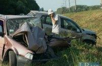 Mercedes, разворачиваясь в неположенном месте, отбросил в кювет два автомобиля на трассе под Киевом