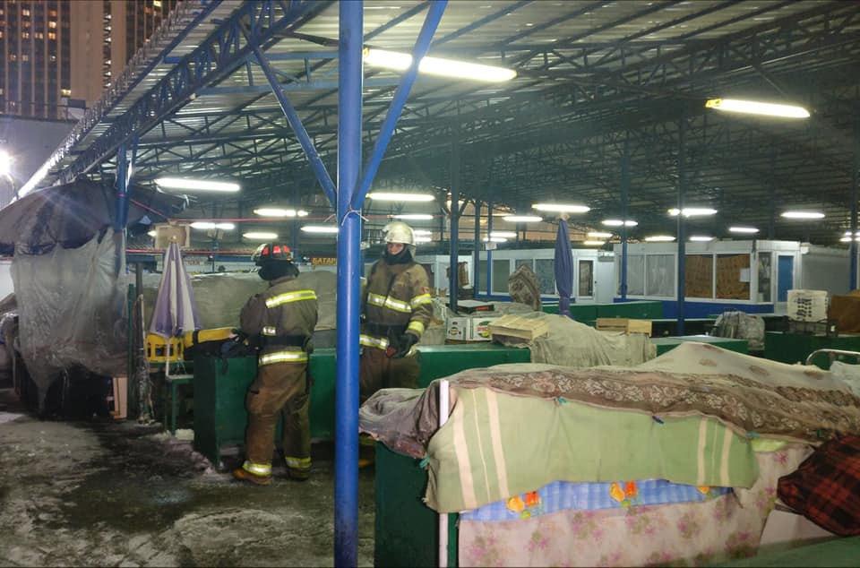 """Рятувальники на місці пожежі на ринку """"Лівобережний"""""""
