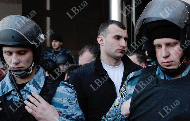 Мужчина в центре присутствовал на тех же акциях, что и мужчина на предыдущих фото