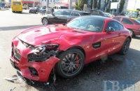 У Києві на Петрівці в ДТП потрапив розкішний спорткар Mercedes-AMG GT S