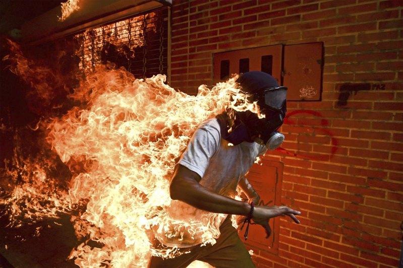 Участник антиправительственных акций протеста в Каракасе, столице Венесуэлы.