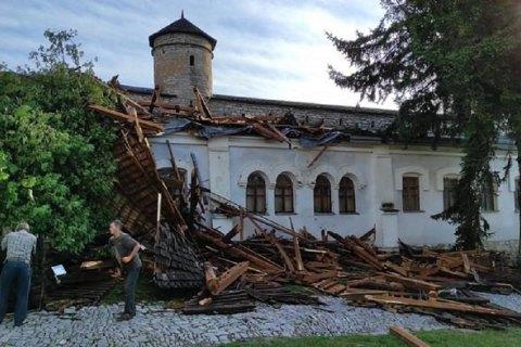 Сильний вітер зірвав дах вежі замку в Кам'янці-Подільському