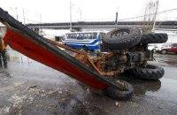 В Киеве грузовик МАЗ на скорости снес снегоуборочный трактор с моста