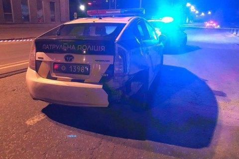 У центрі Києва чоловік викрав поліцейський автомобіль і збив патрульну