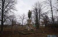 У селі Веселий Поділ біля Полтави досі залишився пам'ятник Леніну