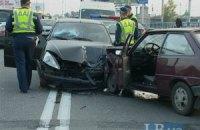 ДТП в Киеве: водитель устроил аварию на встречной полосе и сбежал, бросив авто