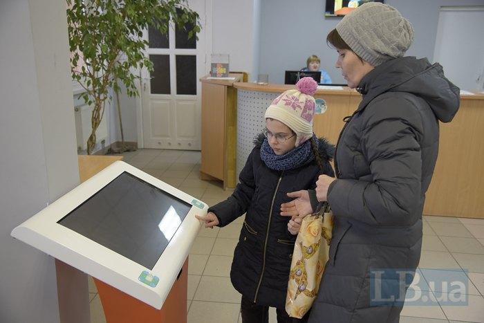 Электронный бокс для самостоятельной записи к врачу в холле Киевского городского детского диагностического центра