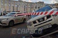 В Киеве автомобиль вылетел на крыльцо магазина, скрываясь от перестрелки