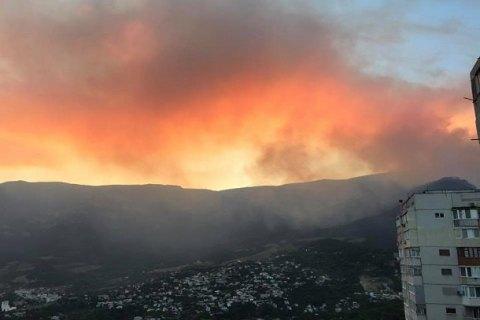 У заповідному урочищі під Ялтою другий день не можуть загасити пожежу