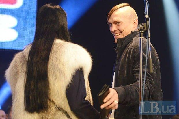 Олимпийский чемпион Александр Усик продолжает смотреть на бокс со стороны, а на жену - с любовью