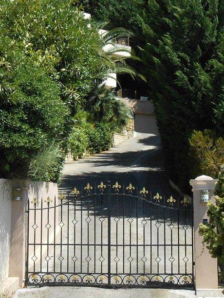 По сведениям Сергея Лещенко, это дом Святослава Пискуна во Франции