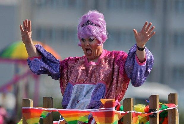 Йон Гнарр во время гей-парада в Рейкьявике