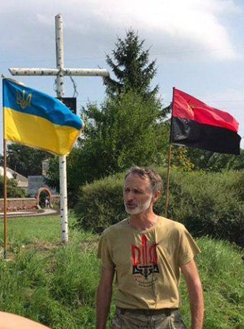 Заместитель командира батальона ОУН Василь Спаньчак отстаивает крест на еврейской могиле