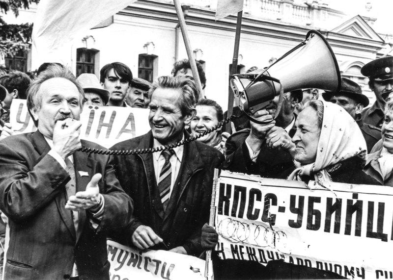 Народний депутат ВРУ В'ячеслав Чорновіл (крайній ліворуч) на мітингу. Київ. 1994 рік.