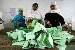 В Пакистане завершились первые в истории страны демократические выборы