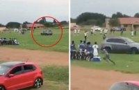 В чемпионате ЮАР фанат выехал на поле на внедорожнике, чтобы задавить арбитра
