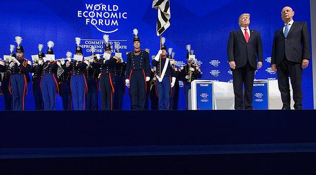 Президент США Дональд Трамп и основатель и президент Всемирного экономического форума Клаус Шваб во время церемонии открытия ВЭФ