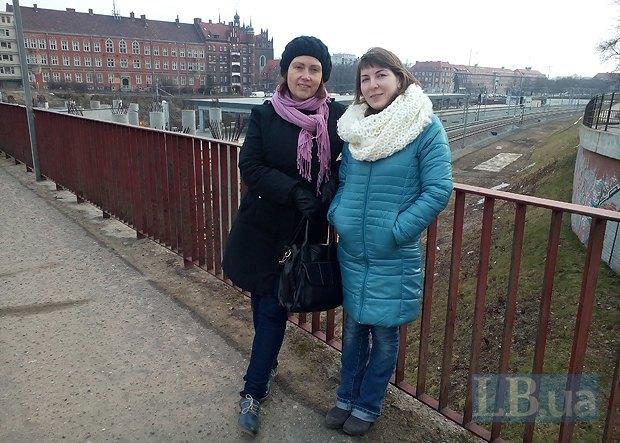 Юля и Людмила неподалеку от дома Юли