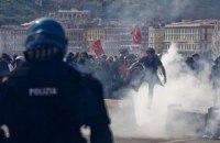 В Неаполе демонстрацию против визита премьера полиция разогнала водометами