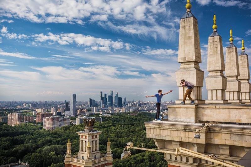 Руферы на крыше высотного здания в Москве.