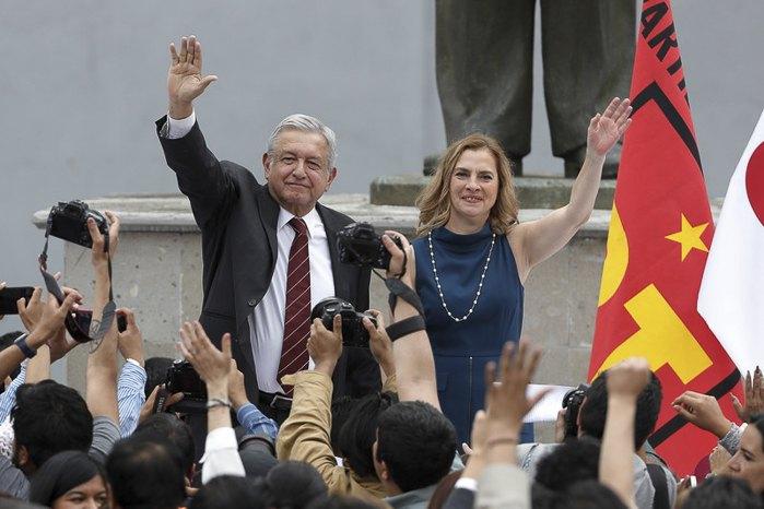 Андрес Мануэль Лопес Обрадор в сопровождении супруги после регистрации своей кандидатуры на пост президента Мексики , Мехико,16 марта 2018.