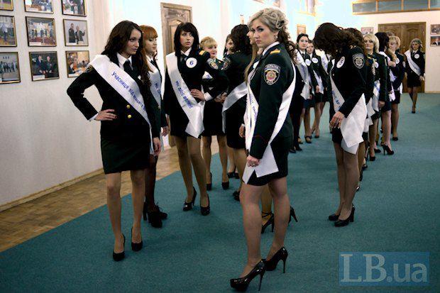 Брюнетка на первом плане - Валерия Килимова. Та самая, которая говорит, что выросла на тюремном жаргоне. Совершенно очаровательная девушка получила, что логично, титул Мисс Очарование, а также приз зрительских симпатий