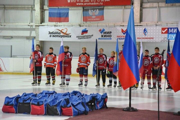 Єдинороси дарують хокейну форму дитячій команді в окупованому Луганську