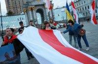 На Майдане Независимости в Киеве развернули 15-метровый флаг Беларуси