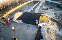 На новом мосту в Станице Луганской установили перила