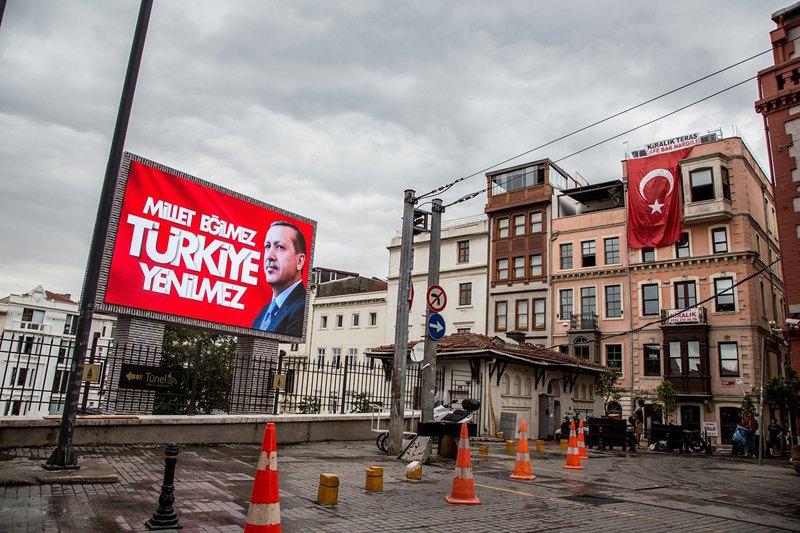 Центр Стамбула в окрестностях площади Таксим завешан портретами действующего президента Эрдогана.