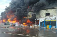 Під Бухарестом горить великий торговий центр