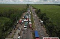 Дальнобойщики перекрыли трассу возле Николаева из-за взвешивания фур