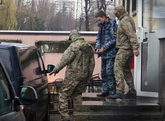 Сотрудники ФСБ РФ сопровождают задержанных украинских моряков после заседание суда в г. Симферополь