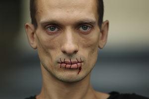 Художник зашив собі рот на підтримку Pussy Riot
