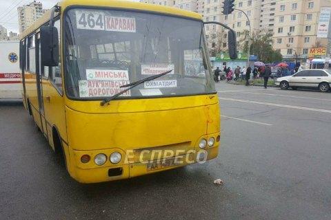Маршрутка сбила насмерть двух человек на улице Героев Днепра в Киеве
