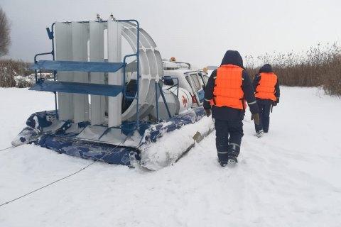 На Киевщине искали рыбака, который остался ночью на льду