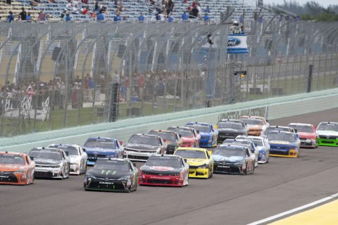 """Одновременно 20 машин попали в аварию в легендарной гонке NASCAR """"Дайтона 500"""""""
