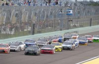 """Одночасно 20 машин потрапили в аварію в легендарній гонці NASCAR """"Дайтона 500"""""""