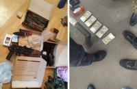 """На КПП """"Гнутово"""" пограничник и сотрудник ГФС за взятки пропускали товары на оккупированную территорию"""